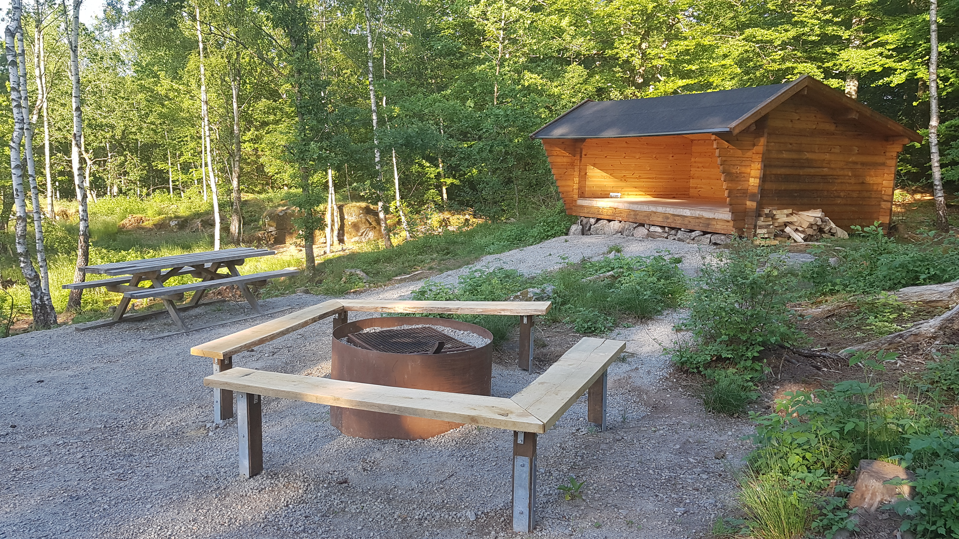 The campsite with a barbecue area at Göingeåsen ridge with a shelter for overnight stay.